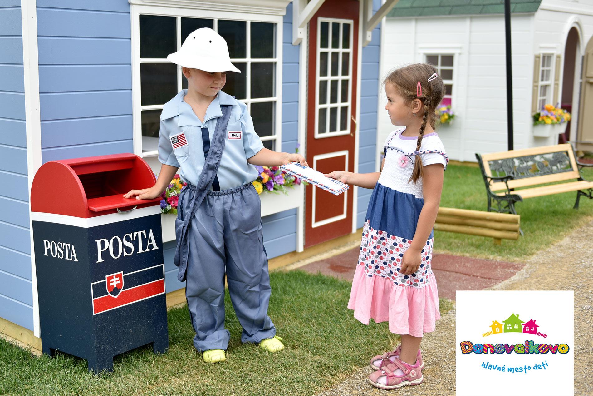 deti v kostýme poštára pred poštou v detskom hlavnom mestečku