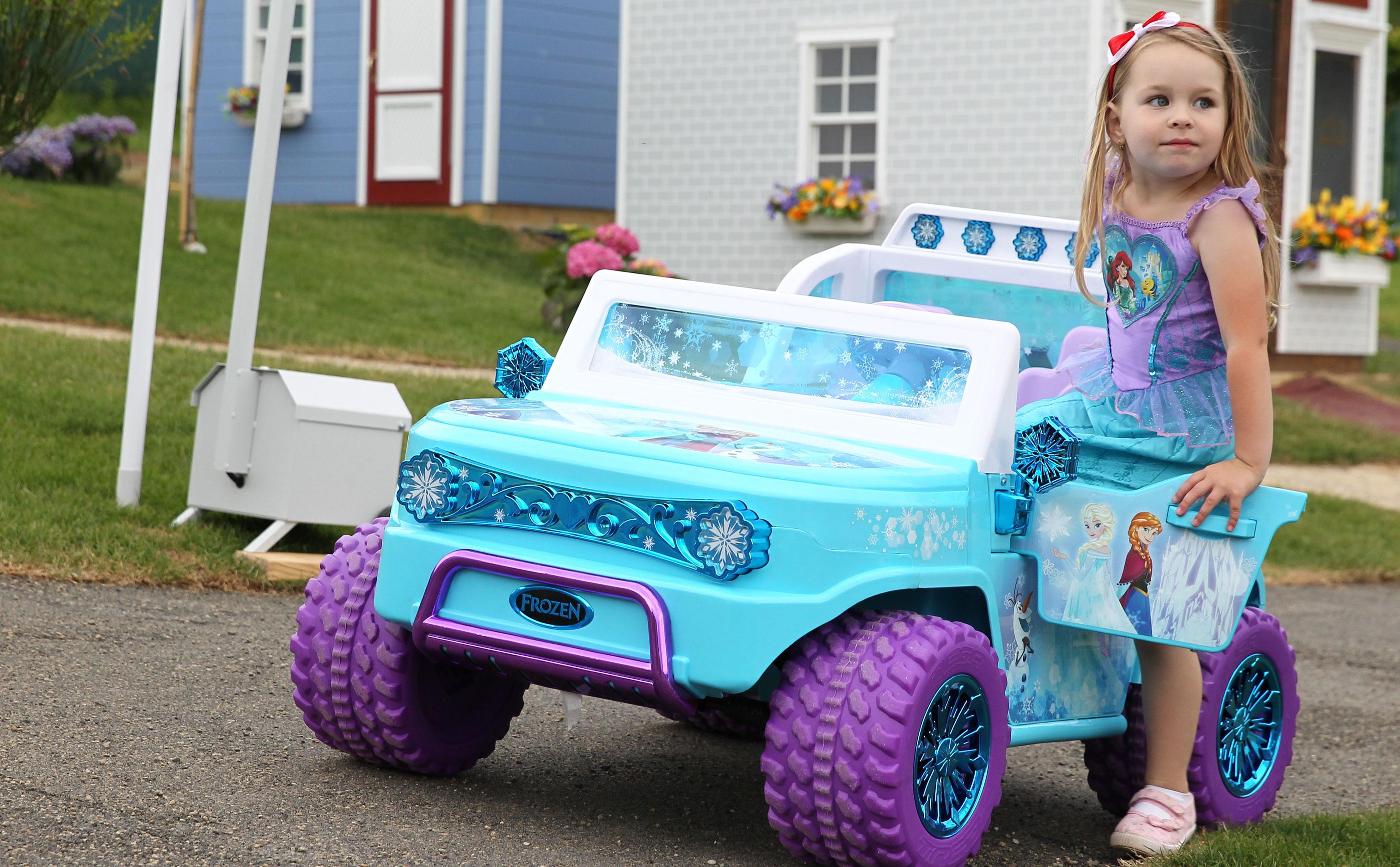 Dievčatko nastupuje do modrého elektrického autíčka v Donovalkove