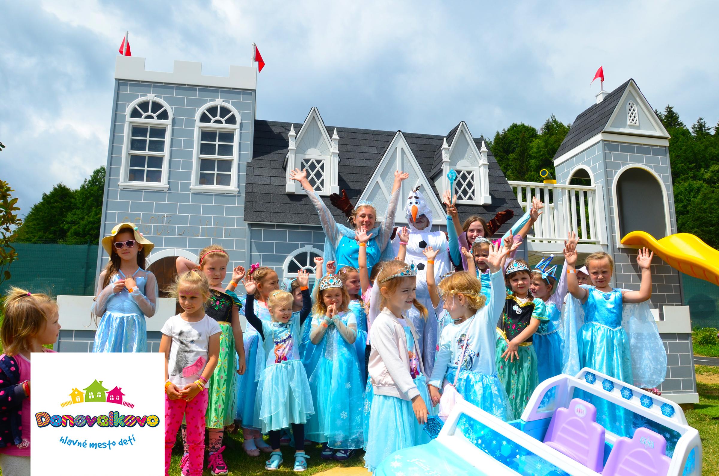 (Slovenčina) Deti v kostýmových šatách z rozprávky frozen, sa fotia spolu so snehuliakom pred zámkom v Donovalkove.
